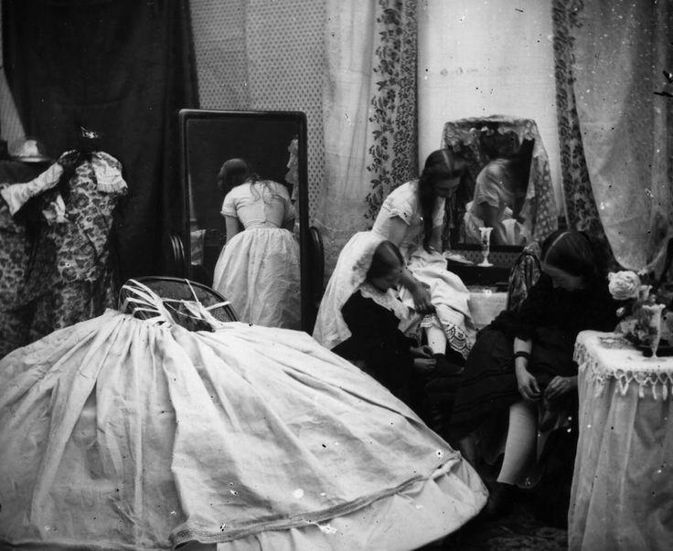 Un boudoir vittoriano a Londra, nel 1865. Il boudoir si trovava vicino alla camera da letto delle signore, dove potevano spogliarsi e vestirsi. Col tempo si trasformò in una specie di salottino dove conversare e ricamare insieme.