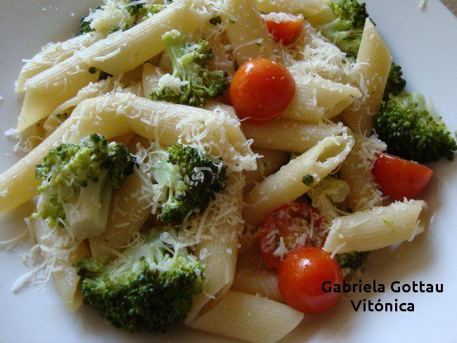 Pasta con brócoli y tomates cereza.