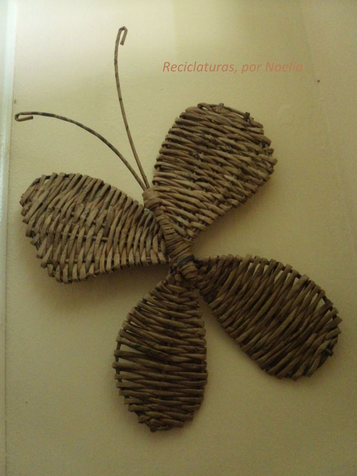 Mariposa realizada en cestería con papel de periódico