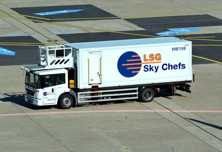 MB Econic 1824 als Cateringfahrzeug (LSG)  auf dem Flughafen Düsseldorf - 01.10.2015