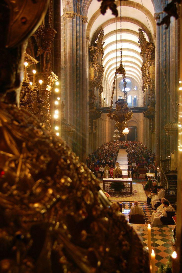 Apostol Santiago asistiendo a la misa del peregrino en Compostela by Manuel Bustabad on 500px