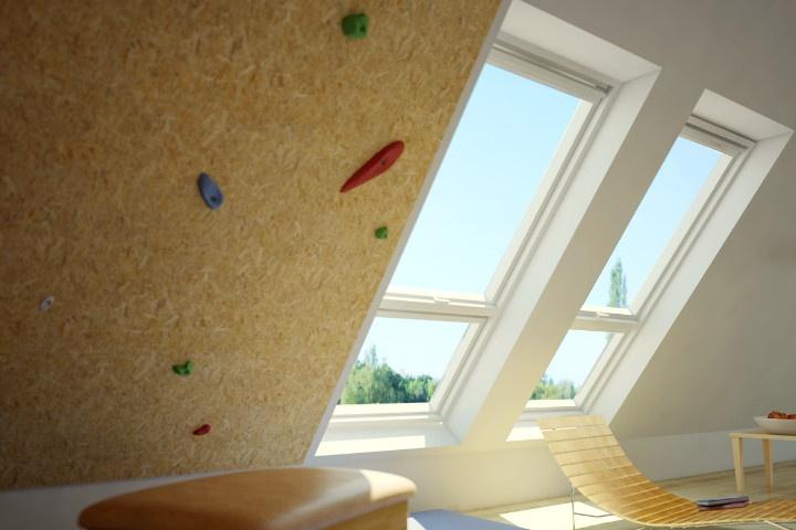 Der Raum zeigt gut, wie vielfältig ein Dachgeschoss genutzt werden kann. Die großen Wände und Balken bieten optimale Bedingungen um Kraft und Ausdauer beim Klettern zu trainieren. Die Dachschräge kann dabei effektiv genutzt werden, um Überhang Situationen in den eigenen vier Wänden zu trainieren. Gleichzeitig dient der Raum der Entspannung und Erholung, indem durch die 2 großen VELUX Klapp-Schwing-Fenster ein optimaler Blick über die Altstadt gewährleistet wird.
