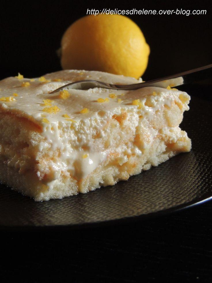 tiramisu au citron : Pour 8 à 10 personnes 2 boîtes de biscuits à la cuiller 500g de mascarpone 4 oeufs 100g de sucre semoule le zeste d'1 citron Pour le sirop: 120ml de jus de citron 100ml d'eau le zeste d'un citron 3 cuil. à soupe de sucre en poudreg
