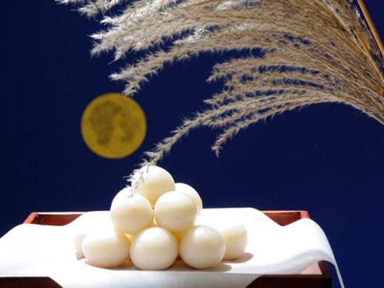 十五夜は、別名「中秋の名月」 とも呼ばれ、9月中旬に月を鑑賞する行事として知られる。日本古来の風習という印象が強いが、起源は唐時代の中国で始まった「中秋節」。一年で最も月が美しいとされる旧暦8月15日に、月の丸さにちなんで、豊作や家族円満を願い祝ったそう。日本には平安時代に伝わり、貴族から武士、町民までが十五夜に月見を楽しむようになったとされている。