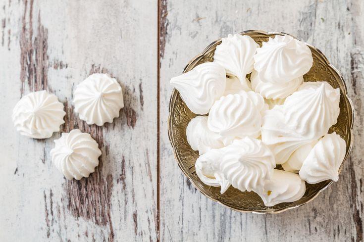 Merengueszijn heerlijk zoete lekkernijtjes die erg goed passen bij het kerstdessert. Je kunt met het geklopte eiwit vele kanten uit. Je kunt er kleine schuimpjes van maken, of wat grotere bollen die na het bakken nog plakkerig zijn van binnen. Of platte cirkels voor een heerlijke pavlova. Dít heb je nodig: 6 eiwitten 400 g…