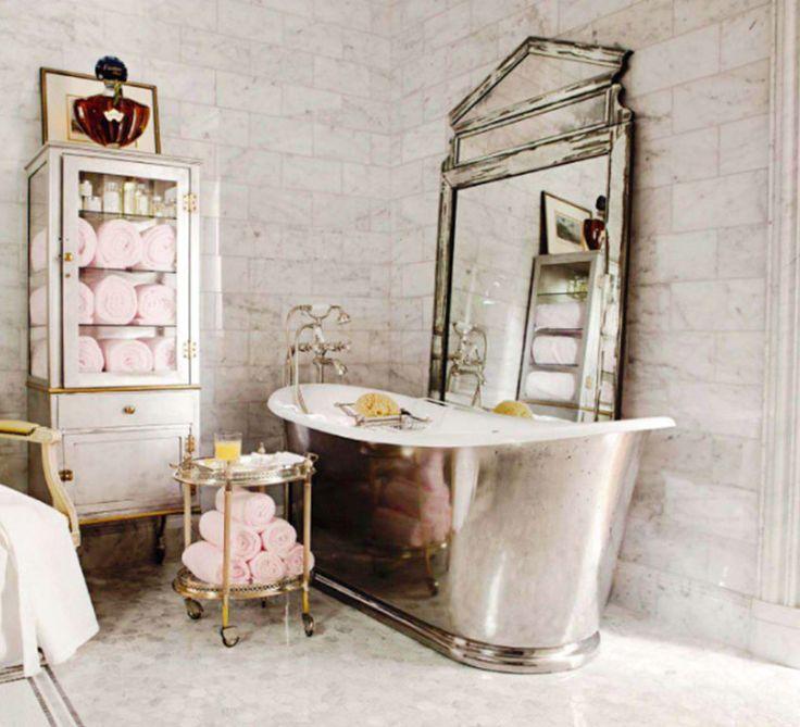 Art déco med sin höjdpunkt kring 1920-talet var en reaktion mot förenkling och industriell massproduktion inom bland annat inredning. Istället ville man framhäva det individuella, dekorativa och exklusiva. Här är detaljerna till ett personligt art déco-badrum.