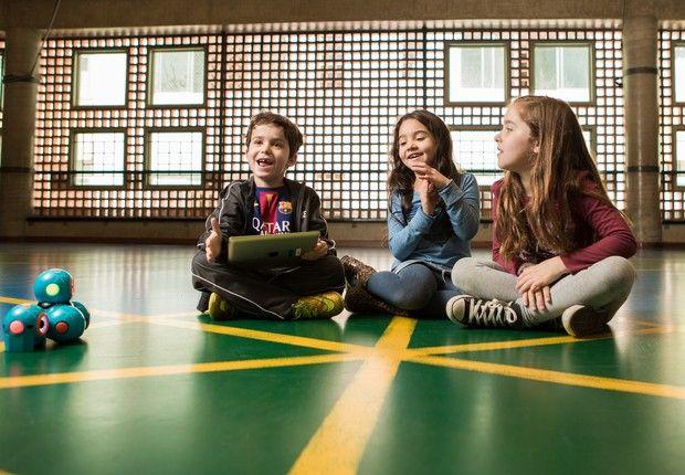 Para encarar os desafios do século 21, os alunos precisam não apenas de mais tempo na escola, mas também de um currículo que inclua conhecimentos fundamentais , como inglês, espanhol e letramento digital