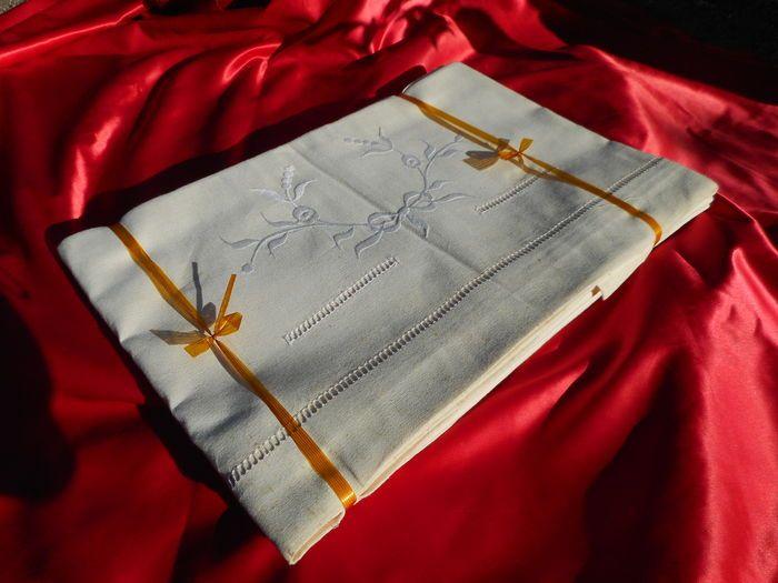 Online veilinghuis Catawiki: Een set van twee linnen lakens - geborduurd en opengewerkt - en daarbij een mooi lot handgemaakte kantwerkjes - begin 20e eeuw