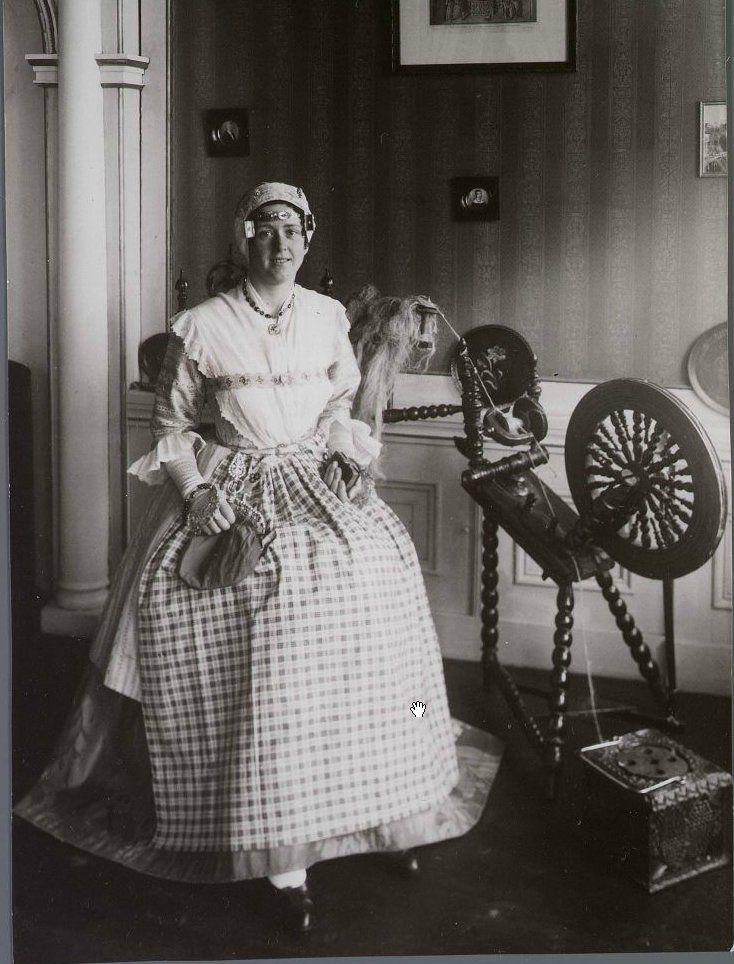 Assendelft Vrouw in Zaans klederdracht, rechts een spinnewiel en een stoof. Zaans Archief #NoordHolland #Zaanstreek