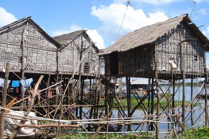 Breng een bezoek aan de traditionele huizen op palen rond het Tonle Sap Meer in Midden-Cambodja. Vraag nu vrijblijvend uw reis aan bij Original Asia! Rondreis - Vakantie - Cambodja - Tonle Sap Meer - Boottocht - Drijvend dorp