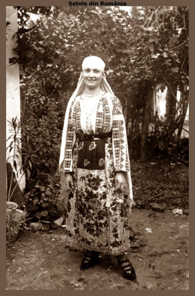 Womens in traditional costume from Dobrogea. Approx. 1940