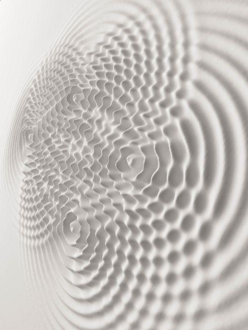 L'artiste italien Loris Cecchini crée des installation qui donnent l'impression que des vibrations se propagent à la surface de murs blancs créant des ondes en relief.