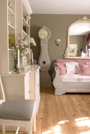 love this, from the grey walls to the swedish clock i want it all!