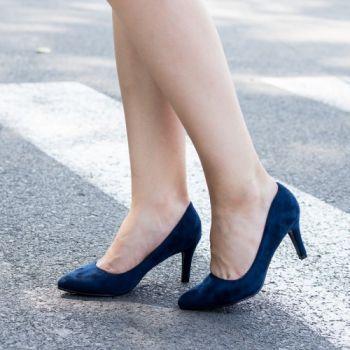 Pantofi stiletto bleumarin din catifea. Inaltimea tocului este de 9 cm