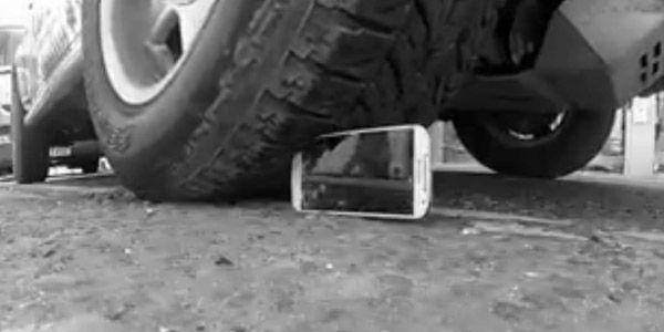 Uji ketahanan Samsung Galaxy S IV dan Iphone 5