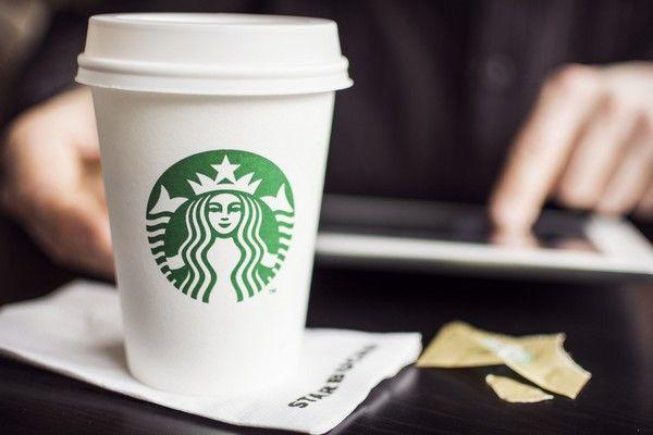 Беспроводные зарядные станции для телефонов в Starbucks