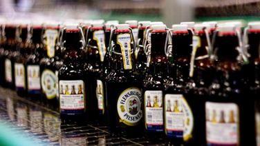 Abfüllung von Bier in Flaschen in der Flensburger Brauerei.