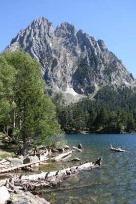 Lago de Sant Maurici, el Parque Nacional Augestortes Sant Maurici, Pirineos  Catalonia
