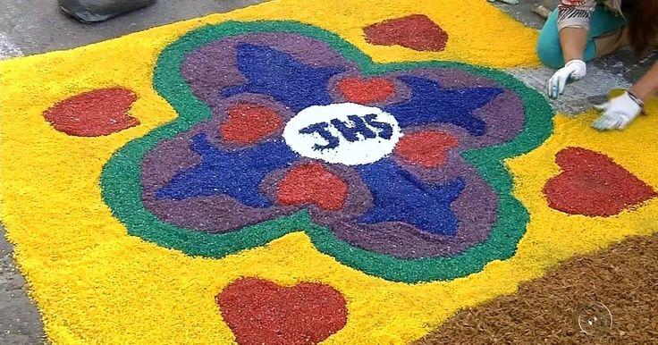 Católicos enfeitam ruas com tapetes artesanais no dia de Corpus Christi