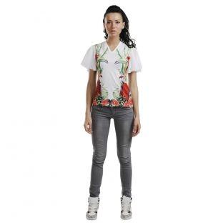 Tricoul are un design complex, print supradimensionat si maneci din voal.