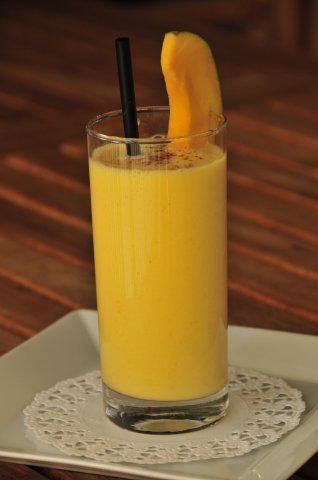 Das perfekte Mango Lassi-Rezept mit Bild und einfacher Schritt-für-Schritt-Anleitung: Mango schälen, in Stücke schneiden und mit den restlichen Zutaten…