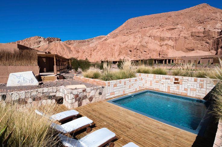 Alto Atacama, Chile,Hoy querríamos estar en el oasis comfort del desierto de Atacama, es decir, en el hotel Alto Atacama. Allí, el color tierra y el jardín de piedras pasan a un segundo plano y el ponerse a remojo con este panorama es el primer impulso. Pero esta es solo una de todas las piscinas que, a diferentes temperaturas, nos darían la bienvenida antes de pisar la aridez chilena. ¿Te unes?