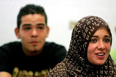 Los jóvenes árabes con mayor nivel educativo son los que más quieren emigrar. EFE | EcoDiario, 2017-03-23 http://ecodiario.eleconomista.es/educacion/noticias/8242458/03/17/Los-jovenes-arabes-con-mayor-nivel-educativo-son-los-que-mas-quieren-emigrar.html