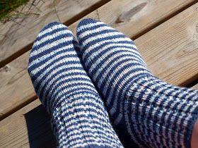 Nämä sukat olisivat tarvinneet kuvausympäristökseen merenrannan, mutta sen puutteessa pelkkiä kiviä kaveriksi. Sininen ja vaalea sinikirja...
