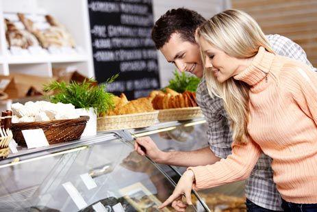 """Пять вредных продуктов, которые сделают вас старше Если вас постоянно тянет на сладкое, проверьте, достаточно ли в вашем рационе продуктов, богатых хромом, магнием и марганцем (злаки, батат, топинамбур, тыква). Недостаток в организме хотя бы одного из этих минералов вызывает """"сладкую зависимость"""": вы пытаетесь добрать недополученные вещества из конфет и тортиков"""