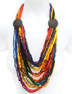 COLLAR ARCO IRIS Collar de lana artesanalmente teñida de forma multicolor, con una textura y brillo impresionante, botones de bronce viejo labrados.