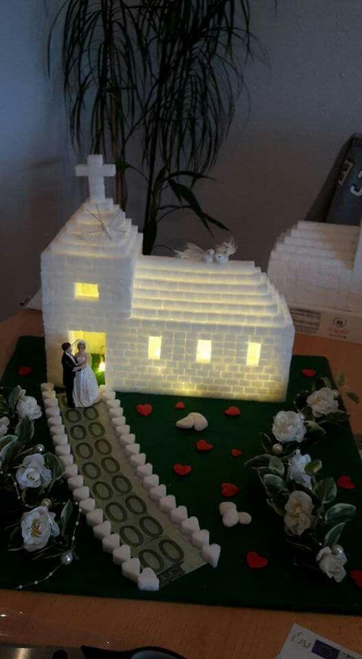 Kirche aus Würfelzucker, geklebt mit Zuckerguss,  angerührt mit Puderzucker un…