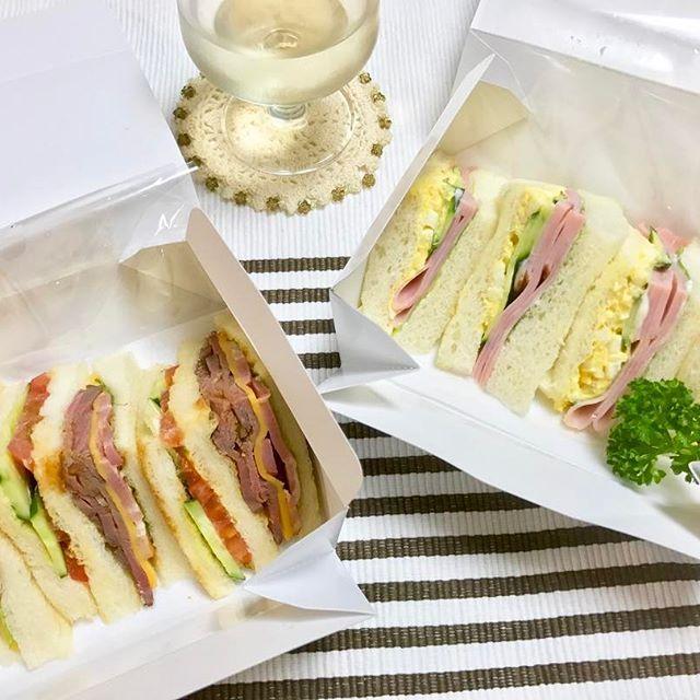 晩ごはん😋🍽 * * 旦那さんが所用で関西へ日帰りで行ってきました🚅💨 帰りにgourmetさんのサンドイッチを旦那さんが 持ち帰って来てくれて一緒に晩ごはんにしました😊💕 王道なハムたまごサンドと、クラブハウスローストビーフサンドをいただきました✨ どちらも美味しくてまた食べたいです😄🎶 * * #晩ごはん #料理 #サンドイッチ #グルメ #dinner #yummy #sandwich #ham #photo