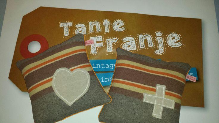Deze fraaie kussens zijn gemaakt van vintage verhuisdeken en geappliqueerd met een stuk van een postzak.