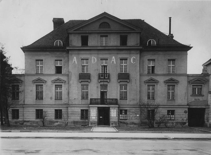 1928 zog der ADAC nach München. Der Grund: Der Club sollte in der Stadt sein, in welcher sein Präsident lebte. Bald schon sah man ein, dass ein Umzug alle 4 Jahre nicht sehr praktisch ist. Und so bleib der ADAC in München. Bis heute. Das Clubhaus in der Königinstraße war 45 Jahre lang die Zentrale.