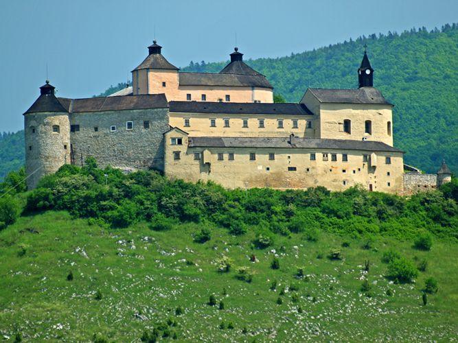 Hrad Krásna Hôrka - národní kulturní památka leží 8 km od města Rožňava nad obcí Krásnohorské Podhradí. Na vysokém strmém kuželovitém kopci se tyčí původně gotický hrad ze začátku 14. století. V renesančním stylu ho přestavěli na pevnost, později na reprezentační šlechtické sídlo. Až do r. 1812 byl hrad obýván.