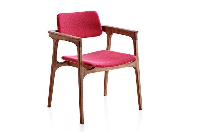 Cheia de charme, esta cadeira remete ao clássico mobiliário escandinavo. Uma peça delicada, sinuosa e rica em detalhes, nascida do desejo dos designers do estúdio Nada se Leva de criarem cadeiras mais orgânicas, com certa complexidade construtiva, desafiando a produção a usar a máquina de CNC de cinco braços, capaz de usinar tais formas. Extremamente confortável, é perfeita para salas de jantar e generosa o suficiente para ser aquela minipoltrona de aproximação no estar. Vai muito bem em…