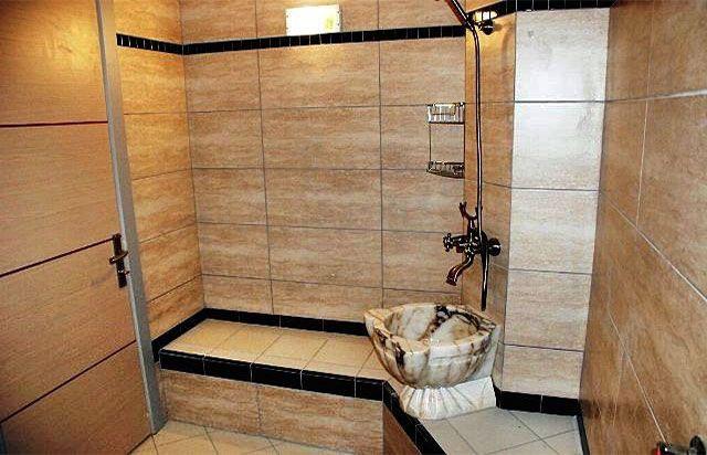 Royal Termal » 1+1 Aile Odası: Ana binamızda olup 1 yatak odası, 1 salon, amerikan mutfak ve oda içerisinde odaya özel termal havuz ve hamamdan oluşmaktadır.Tümünde balkon mevcutdur. Yatak odasında çift kişilik yatak,makyaj masası elbise dolapları salonda oturma grubu, amerikan mutfak, tv ve telefon bulunmaktadır. | http://www.royaltermal.com.tr/