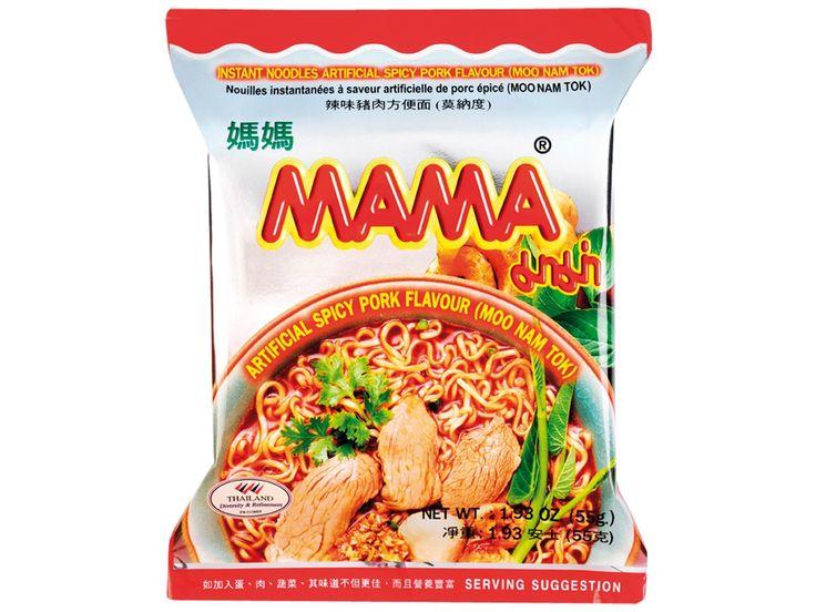 Mama is een Thais instant noedel merk en bestaat uit vele smaakvarianten. Kant-en-klare  noedels worden vooral in Aziatische landen dagelijks gegeten en zijn zeer geliefd vanwege hun heerlijke smaak en de snelle bereiding. Deze instant noedels van Mama smaken naar Moo Nam Tok, een Thaise pikante salade met gegrild varkensvlees, uien en munt. Mama Inst. Moo Nam Tok Noedels bevatten varkensvlees aroma en zijn lekker pittig. Giet heet water op de Mama Instant Moo Nam Tok Noedels…