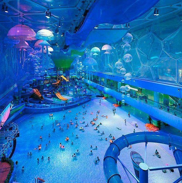 Foi construído a pensar nas Olimpíadas de 2008 e virou um ponto de atração impossível de perder, em Beijing, na China. Bem colorido, o Happy Magic Water Cube é muito mais do que um simples parque aquático – ele é um cenário lúdico, representado por uma série de animais da vida marinha, que nos transporta para o maravilhoso mundo subaquático. Águas-vivas penduradas no teto, bolhas de ar coloridas, algas marinhas, corais ou uma piscina de ondas são só exemplos dos elementos aquáticos que…