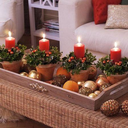 Aproveite os enfeites que não colocou na árvore e acrescente ramos de pinheiro, folhas secas, pinhas, castanhas ou nozes. Sua sala de estar, mesa da cozinha ou do jantar irão ficar com um lindo toque de natal.