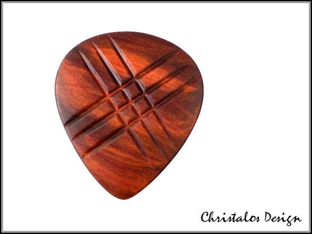 Gitarrenplektrum aus Redheart, Redheart wood guitar pick  Redheart Holz Gitarrenplektrum Plektrum (Original Foto)  Gitarren Plektrum aus Redheart Holz  Maße ca. 34x30mm, Stärke...