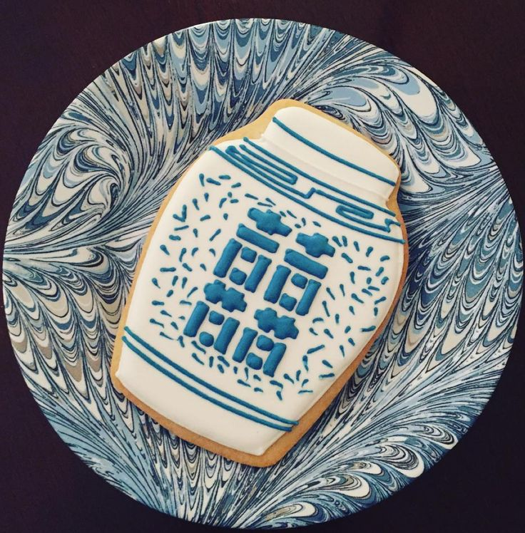 The chicest little cookie sits atop swirls of blue & white delight. Almost too pretty to eat... #juliskajoy #firenzecollection #sweettooth