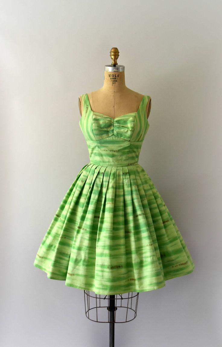 Vintage 1960s Kamehameha sundress groene bloemen katoen lichaam, ingerichte bodice, plank buste, volledige geplooide rok, verborgen ritssluiting voor terug.  ---M E EEN S U R E M E N T S---  Pasvorm/maat: XS  Bust: 32-34 Taille: 24-25 Heupen: gratis Lengte: 36 met 5 van hem vergoeding  Maker/merk: Kamehameha Voorwaarde: Groot met licht wassen en dragen fade, meest opvallende aan de bloemen in de afdruk.  - - - - - - - - - - - - - - - - - - - - - - - - - -  Instagram: sweetbeefinds ...