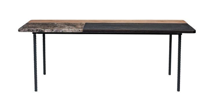 Marmer en hout op een stoer onderstel van gedraaide, gelakte poten. De 'Symbiosis'-salontafel is een mix van materialen met een veelvoud aan aparte, verrassende details. De tafel, ontworpen door Michael H. Nielsen, is er in twee modellen: een ronde tafel in licht marmer en licht eikenhout met een wit onderstel. En een vierkante tafel waarbij het contrast tussen het bruine marmer, het donkere en onbehandelde hout en de zwartgelakte poten duidelijk naar voren komt.