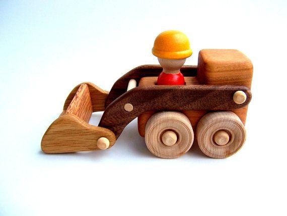 Ce chargeur frontal est crucial pour le succès de votre site de construction. Son scoop peut contenir vraiment des choses, et elle lève bien haut pour pouvoir vider son chargement dans le camion-benne.  Nous avons eu beaucoup de plaisir en utilisant les jouets en bois à l'intérieur avec du sable cinétique (qui est ce qui est sur la photo). Contrairement à sable ordinaire, le sable cinétique n'a pas besoin d'être mouillé de plaisir, il est donc parfait pour les jouets en bois.  Feuillus…