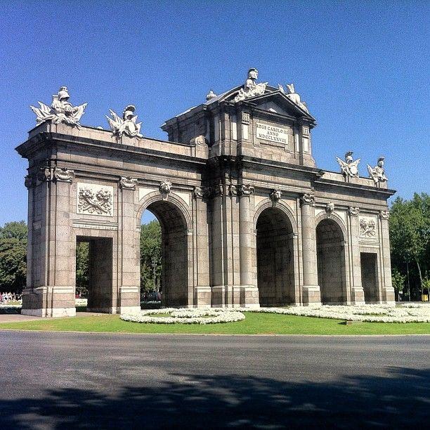 A la imagen de los antiguos arcos de triunfo romanos, la Puerta de Alcalá es una de las cinco puertas reales que daban acceso a Madrid. Y casi a nuestro museo que está a escasos metros de distancia...  Además, si vienes en autobús todas estas líneas pasan por Puerta de Alcalá: 1, 2, 9, 15, 19, 20, 28, 51, 52, 74, y 146, incluso una estación de biciMAD!!  / MNAD   http://mnartesdecorativas.mcu.es/como_llegar.html