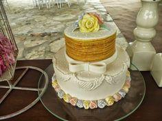 Se existe uma paixão culinária do pernambucano, é o bolo de rolo. Já que o mesmo é uma delícia nossa. Essa massa é enrolada com uma ...
