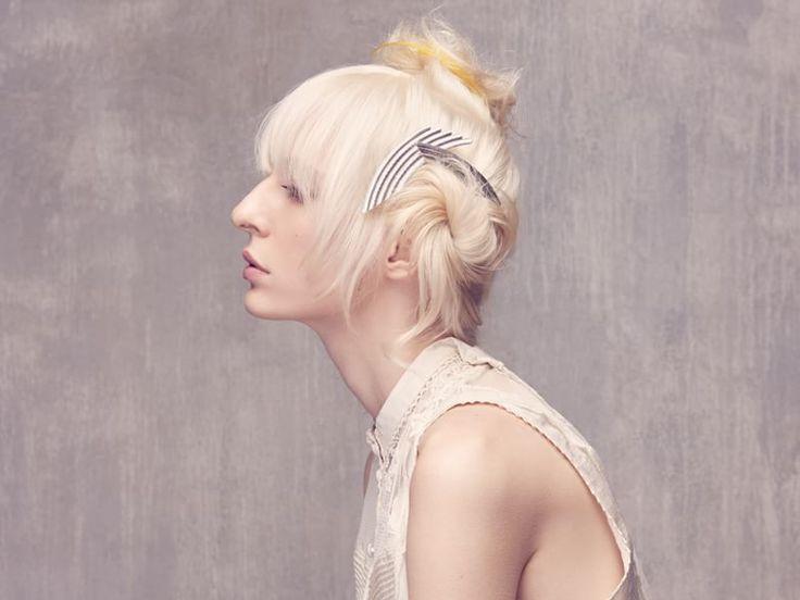 Di lato, rivela un dettaglio accessoriato: un fermaglio gioiello. #hairstyle #chignon #ss16