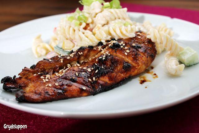 .. en gudespise! Hvis ikke bloggen viser det i opskrifter, kan jeg fortælle at der ryger utroligt mange kilo kylling igennem køkkenet herhjemme. Kylling er forholdvis billigt, kan varieres i det næsten uendelige, det er fyldt med mættende protein og det er nemmere at kreere sund mad med kylling end fx svin – i mit ...Læs mere ..