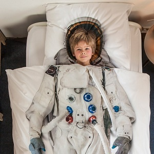 Décorez la chambre de votre enfant avec originalité grâce à cette housse de couette en forme de combinaison dastronaute européen ! Il sera dans les étoiles !